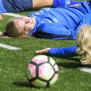 Linda Sällström ler brett under ett träningspass.