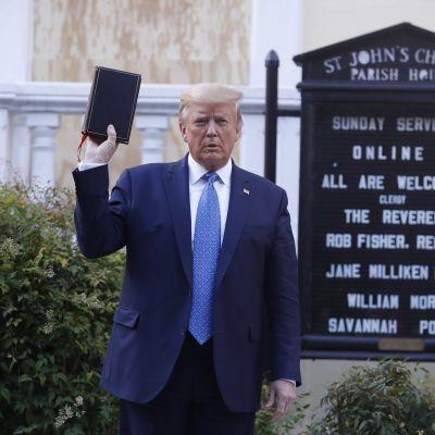 Yhdysvaltain presidentti Donald Trump poseerasi kirkon edustalla vuosi sitten.