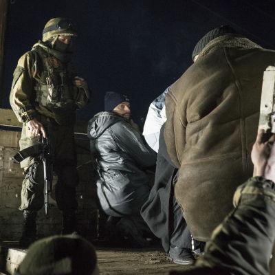 Separatistrebeller eskorterar ukrainska krigsfångar inför en fångutväxling.