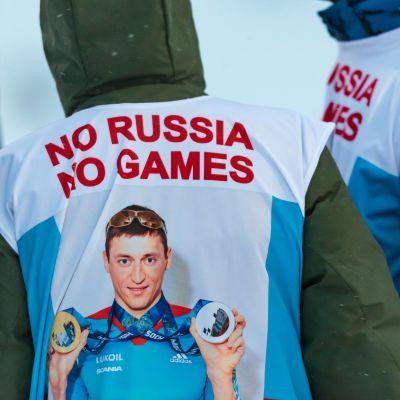 """Aleksandr Legkovs bild på väst med texten """"No russia, no games"""", Ruka 2017."""