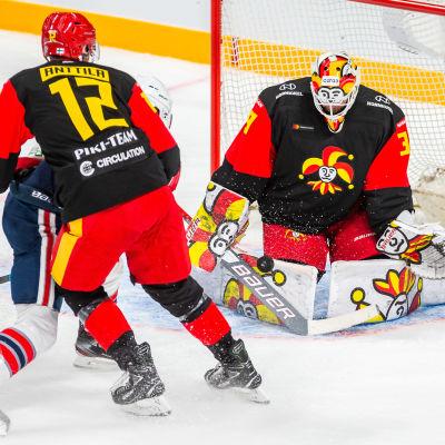Anders Lindbäck räddar.