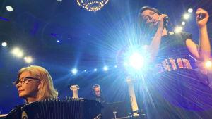 Maria Kalaniemi och Emma Salokoski tillsammans på scen i Nästan unplugged.