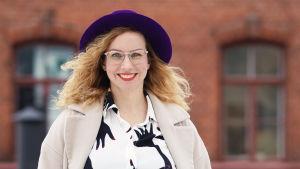 Positiivisen pedagogiikan tutkija Kaisa Vuorinen hymyilee ja katsoo suoraan kameraan.
