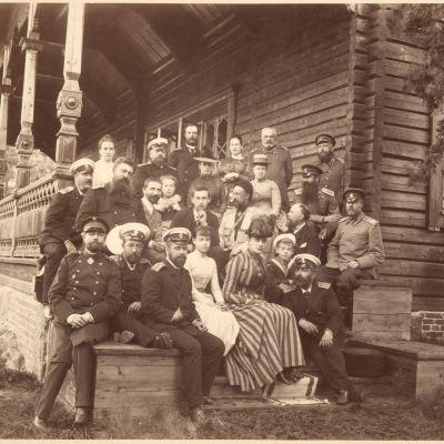 Langinkosken kalastusmajan tupaantuliaiset 1889, kuvassa keisariperhettä sukulaisineen.