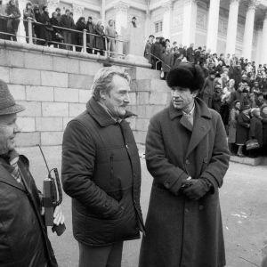 Åke Lindman ja Warren Beatty Senaatintorilla, taustalla avustajia.