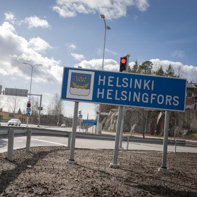 Helsingin ja Vantaan välinen raja Heikinlaaksossa.