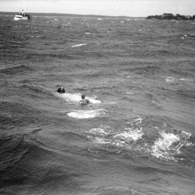 Kaksi veden varaan joutunutta myrskyisellä Näsijärvellä