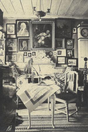 Gammalt rum med tavlor och många museiföremål.