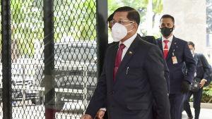 Militärjuntans ledare, general Min Aung Hlain var närvarande på ASEAN-ländernas toppmöte i Jakarta. Det var hans första utlandsresa sedan militärkuppen i början av februari
