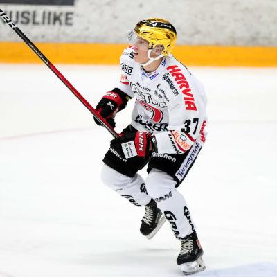 Joakim Kemell åker runt på isen.