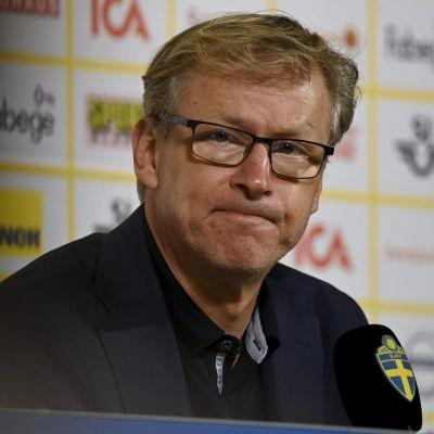 Markku Kanerva på presskonferens.