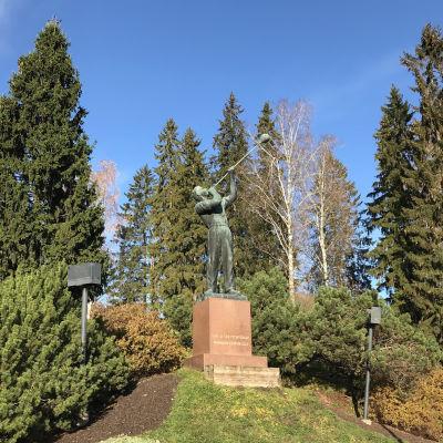 Lasinpuhaltaja-patsas Riihimäellä.