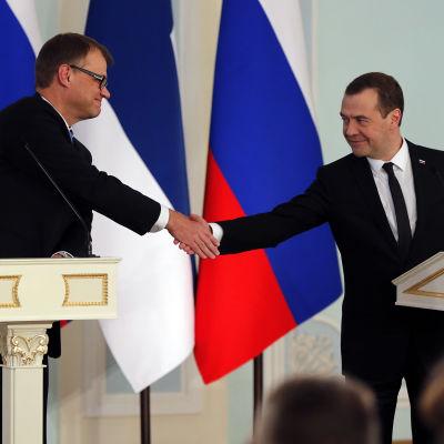 Finlands och Rysslands statsministrar Juha Sipilä och Dmitrij Medvedev skakar hand i januari 2016.
