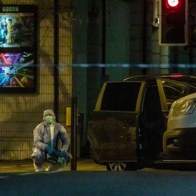 Londonpolisens kriminaltekniker undersöker gatan där en frigiven, terrordömd man knivhögg tre personer.