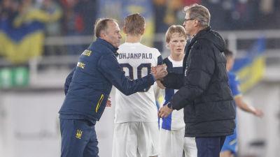 Finland och Ukrainas tränare skakar hand efter matchen.