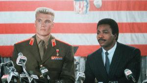 Drago och Apollo möter pressen inför matchen i Rocky IV.