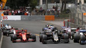 formel 1-bilar kör bredvid varandra
