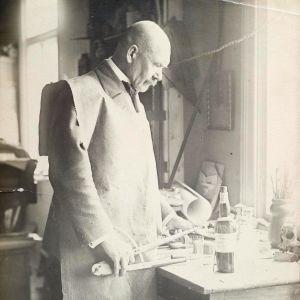 Akseli Gallen-Kallela vid sitt arbetsbord i Borgå år 1923