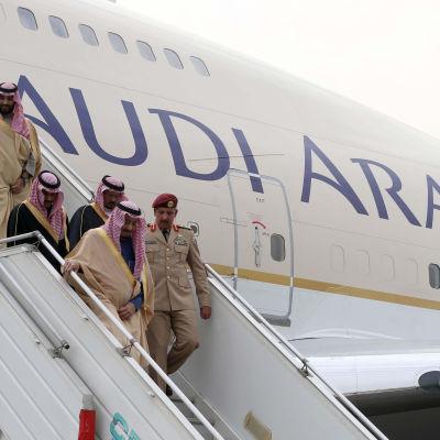 Salman bin Abdulaziz Al Saud anländer till New Delhi 2014. Salman bin Abdulaziz Al Saud var kronprins ännu år 2014 med blev kung i Saudiarabien år 2015.