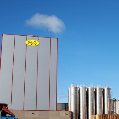 Kuvassa Rani Plastin korkea tuotantotorni