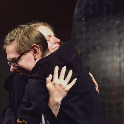 """Roy Eriksson och Sophia Heikkilä kramar varandra i föreställningen """"I det stora landskapet""""."""