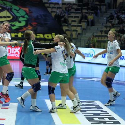 Ellen Voutilainen firar med lagkamraterna i Skuru IK.