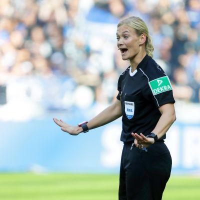 Bibiana Steinhaus är första kvinna att döma en herrmatch i en stor europeisk liga.