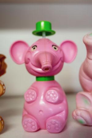 Vaaleanpunainen, hassun näköinen norsulelu tai kastelukannu.