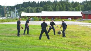 Fem män fångar gås