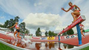 Minttu Hukka hoppar över vattengraven