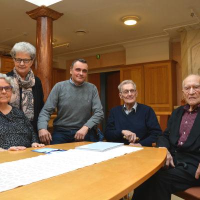 Från vänster: Annina Enström, Benita Kavander, Peter Guss, Eric Sweins och Levi Backholm. De sitter vid ett bord och ser in i kameran.