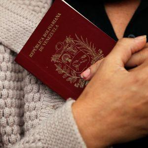 Händer med ett venezuelanskt pass