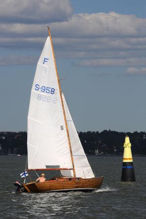Folkbåt rundar sjömärke i Helsingfors