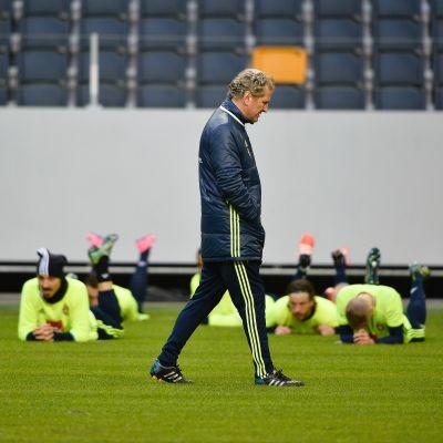 Ruotsin jalkapallomaajoukkue ja päävalmentaja Erik Hamren.