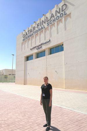 Lärare Johanna Winberg utanför Finland International school i Qatar.