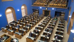 Det estniska parlamentet samlat för att lyssna på utrikesministerns årsredovisning.