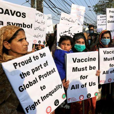 Lahoressa, Pakistanissa osoitettiin viime perjantaina mieltä rokotteiden tasapuolisen jakelun puolesta.