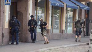 Tungt utrustade poliser och en civilklädd polis på Kaserngatan.