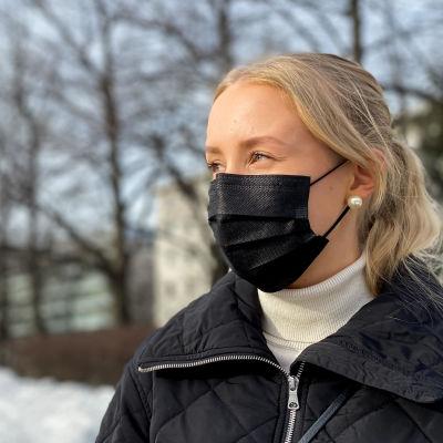 Turkulaisopiskelija Iines Aakula Mikaelinkirkon puistossa.