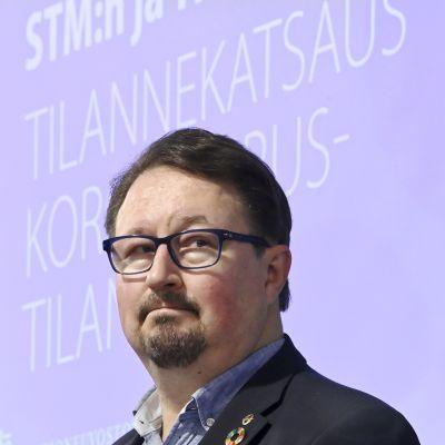 THL:n ja STM:n infossa mika Salminen päättäväisen näköisenä.