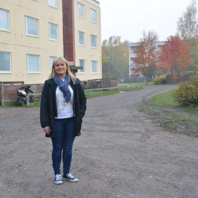 Petra Lindström, vd för Hangö Hyreshus Ab, utanför ett av hyreshusen på Halmstadsgatan.