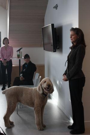 USAn suurlähettilään puoliso Cody Oreck (oik) koirineen puhuu edustalla, taustalla kirjailija Cecilia Samartin (kesk) ja kustanustoimittaja Vilja Perttola. Kuvauspvm 24.9.2013.