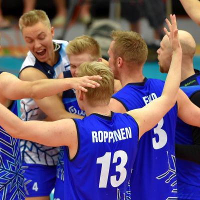 Finlands volleybollherrar jublar.