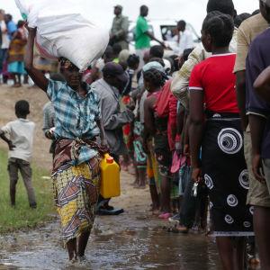 Människor köar för att få mathjälp. Mocambique 23.03.2019