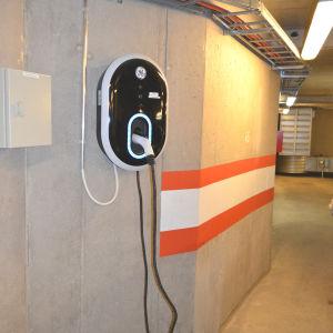 Privat laddningsstation för hybridbil i parkeringshus.