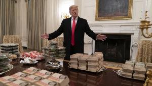 Donald Trump bjöd på snabbmat i Vita Huset.