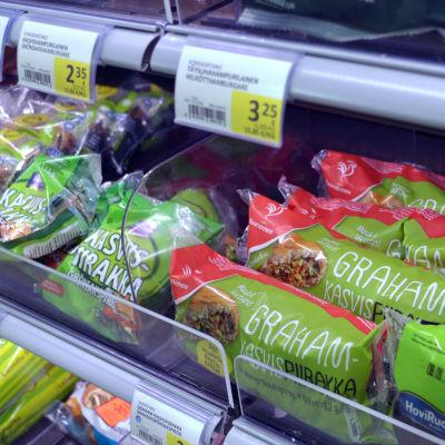 Vegetariska piroger på butikshylla.