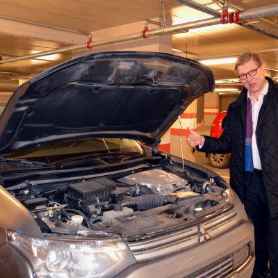 Stefan Möller visar tummen upp för eldrivna bilar.