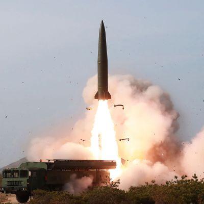 raket skjuts upp i luften.
