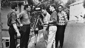 Nousu Pispalaan -dokumentin kuvaukset vuonna 1965 Tampereen Pispalassa. Äänisuunnittelija Ahti Nummela, kirjailija Lauri Viita, Kuvaaja Harry Kankaanpää, ohjaaja Arvo Ahlroos ja Väinö Pirttijärvi.
